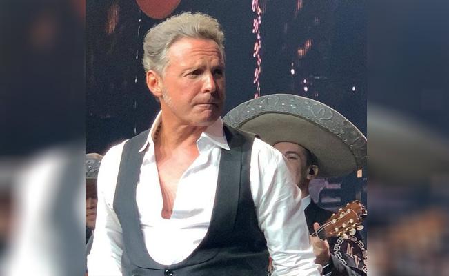 Un canoso Luis Miguel sorprende durante presentación en Las Vegas